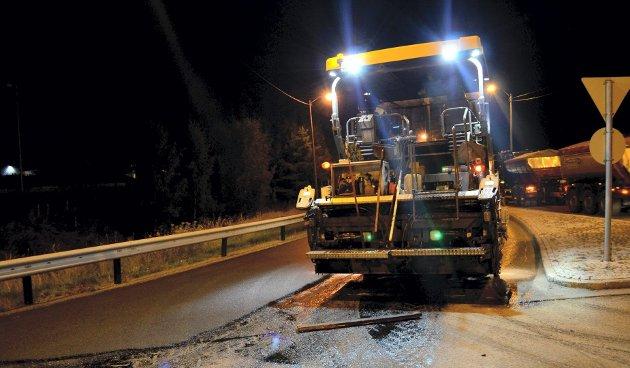 jobb: Etter en ny kveld og natt med asfaltarbeider på Raveien, fv. 325, skal trafikken gå som normalt på Borre og i Gunnerødbrekka. FOTO: TOM ARILD DAHL