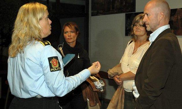 – Vær undrende og still åpne spørsmål til tenåringene deres, sier Kari Benjaminsen, som ett av mange råd til foreldrene. Her i samtale med Elisabeth Cavallini Fevik (42), Inger Øverland (47) og Bjørn Sæterøy (50).