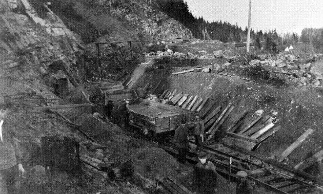 Når og hvor dette bildet er tatt er ikke helt klart. Men trolig er disse anleggsarbeiderne i gang med utgraving av skjæringen mot søndre tunnelinngang ved Smørstein.  Foto: Norsk Jernbanemuseum