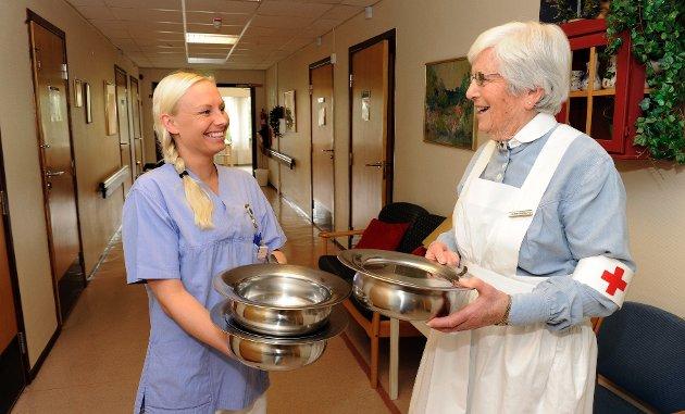 Sykepleierforbundet fyller 100 år i år. Linda Heinitz (29) er sykepleier på Nygård sykehjem. Ingeborg Knudsen (82) er pensjonert sykepleier. Begge i tidsriktige uniformer fra sin samtid.