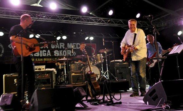 FULLT HUS: Mikael Wiehe med band gjorde en flott konsert for en fullsatt Hovigs Hangar tidligere i ettermiddag.