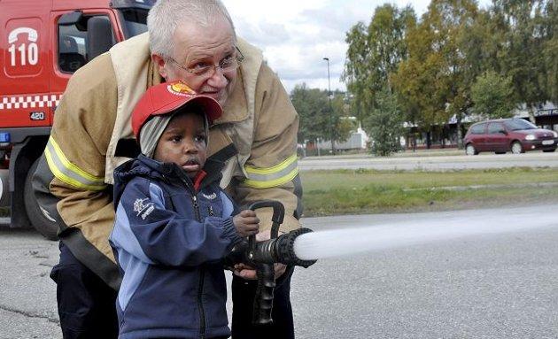 Slukket: Peter Lindeland (2) og brannsjef Stig Selbo slukket brannen sammen i dag.