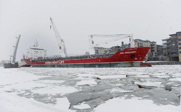 PÅ VEI: De siste 16 tromlene med tau ble skipet ut fra Tønsberg i går. Foto: Anne Charlotte Schjøll