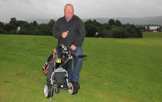 Tommelen opp. Styreleder i Sande Golfklubb, Arild Johansen er optimist på klubbens vegne. I morgen orienterer han medlemmene om den økonomiske situasjonen på et hastig innkalt møte.
