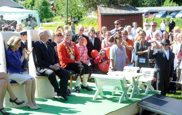 Kongen og dronningen mottok en gave fra Signo: Barnemøbler som er laget på snekkerverkstedet. Til høyre sitter Andebus ordfører, Bjarne Sommerstad.