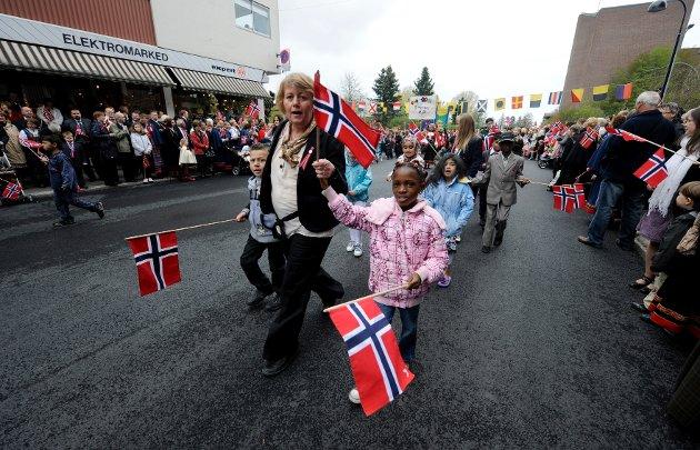 Tine Abrahamsen leier Mutas (t.v.) og Benita gjennom toget.