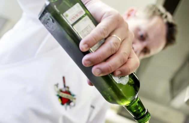 Gresskarkjernene skal kokes og avkjøles før du heller over olivenoljen.