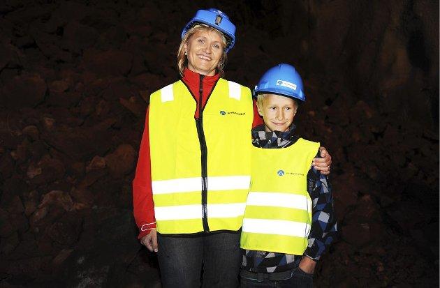 NAVNET: Jernbaneverket utlyste navnekonkurranse, og Randi Etnan var den som syntes at intet var mer naturlig enn Jarlsbergtunnelen. Sammen med sønnen Jonas (8) fikk hun æren av å være med på gjennomslaget.Foto: Harald Strømnæs