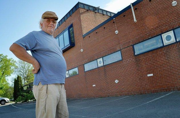 Per Ole Johansen langer ut mot Q-Park etter at han fikk bot for feilparkering bak Folkets Hus. Foto: Janne Grytemark