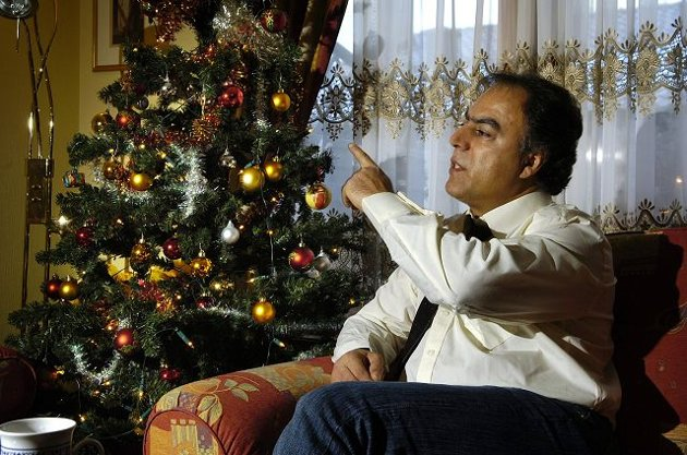 TØFF TID. Høstens trusler, muntlig og i brevs form, har tappet familien Gharahkhani for krefter, og Bijan har en dårlig følelse med det som har skjedd. Men nå, nå er det jul. FOTO: NILS J. MAUDAL