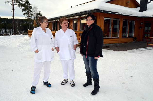 SIER FRA: Tillitsvalgt på Desettunet i Åmot, Ruth L. Storholm (til høyre), er bekymret for arbeidsbelastningen på de ansatte. Anne Lise Syringen (til venstre) og Wenche Blystad bekrefter at arbeidsoppgavene er i overkant.Foto: Kristin Søgård