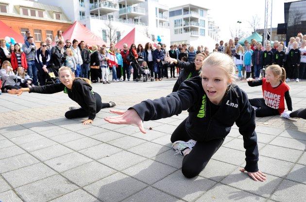 Lina Askevold Lukashaugen ( 13 ) i forgrunnen.Elever fra Ragnes Danseskole som feirer Dansens Dager 2012  med oppvisning på Torvet.