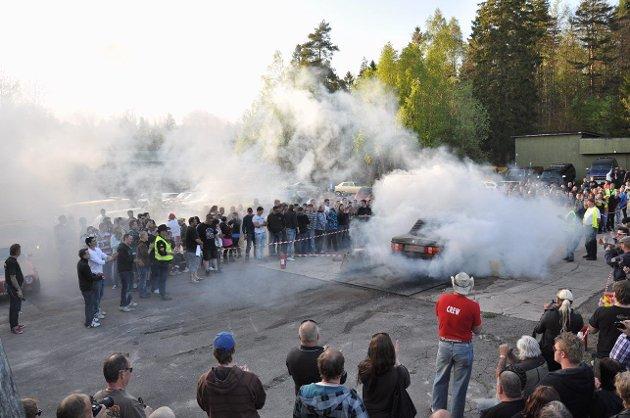 På Torp gamle militære flyplass mandag får du mulighet til å røyklegge hele plassen i den såkalte «burneringen». Foto: Privat