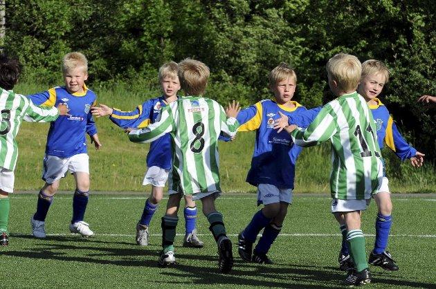 Aktivitetsturnering på Eik. Fair Play-hilsen mellom Teie og Barkåker etter kampen.