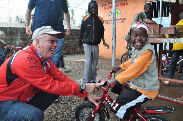 Denne gutten på barnehjemmet NURU i Nairobi, ble sjeleglad for sin nye, røde sykkel. Svein B. Johansen synes opplevelsen av å dele ut tohjulingene var enorm, for det var så mange smil å se. Foto: Geir Huus
