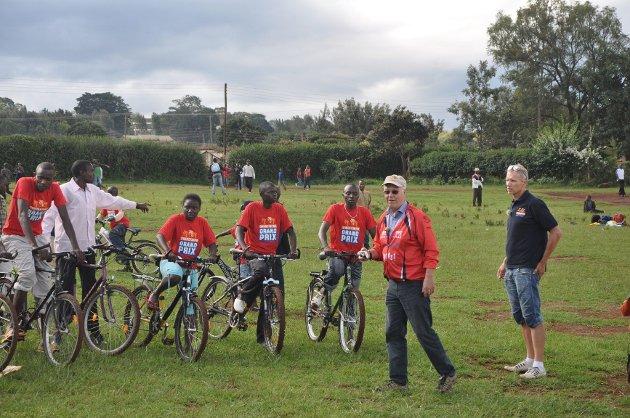 Rune Steinsvik (t.h.) og Svein B. Johansen arrangerte Nairobis versjon av Sandefjord Grand Prix ute på et jorde. Foto: Geir Huus