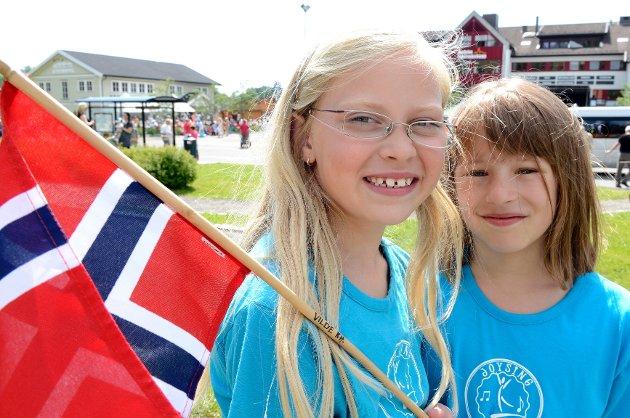 Mathilde Hansen (t.v.) og Vilde Risa Hotvedt (begge 9) sang for kongen og dronningen i Andebu.