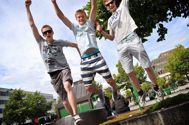 Det er forventet storinnrykk i Sandefjord i helgen. Arrangementene står i kø. Bjørnar Fjellheim til venstre (17), Erlend Hansen (15) og Erik Yttervoll (17) fra Tromsø har kommet til byen for å delta på Sandarcupen.