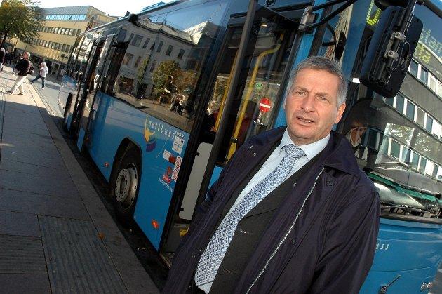 – Det er feil vei å gå å redusere busstilbudet på kveldstid i byen, sier ordfører Tore Opdal Hansen.