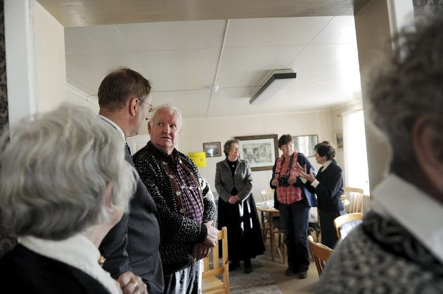 Inne i Nikolinehuset. Ordfører Petter Berg og Tore Bjørnsuk, som kjente Nikoline, slår av en prat.