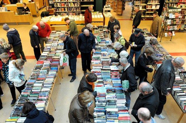 Mange folk var tidlig ute for å sikre seg gode bokkjøp i biblioteket lørdag.