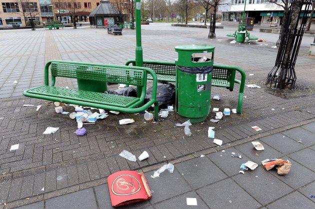 Slik så det ut på Torvet søndag morgen. Mye søppel ligger å flyter. Foto: Per Langevei