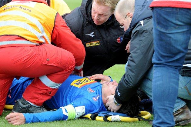 På overtid headet Sarpsborg-spiller Kjetil Berge ned Kenneth Dokken innenfor 16-meteren.