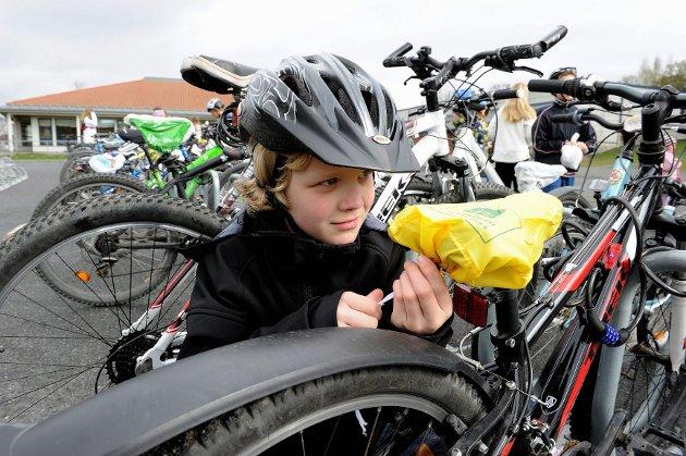 Fint, synes Mats Flåtten om det knallgule setetrekket han og medelevene fikk som startpremier fordi de deltar i «Helt grønn skolevei». FOTO: OLAF AKSELSEN