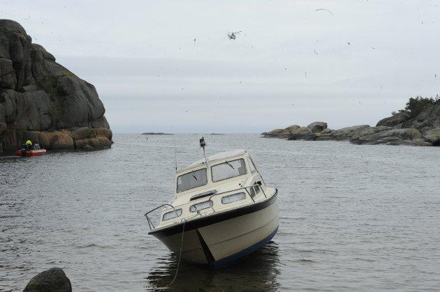 Politiet gjør søk i nærheten av båten. Foto: Anders Mehlum Hasle