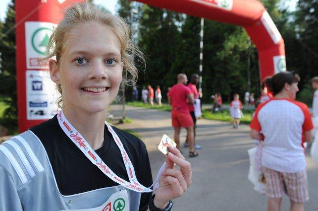Thea Dolven (17) deltok i Jentebølgen for andre gang, og fikk i likhet med de andre deltakerne premie etter endt løping.