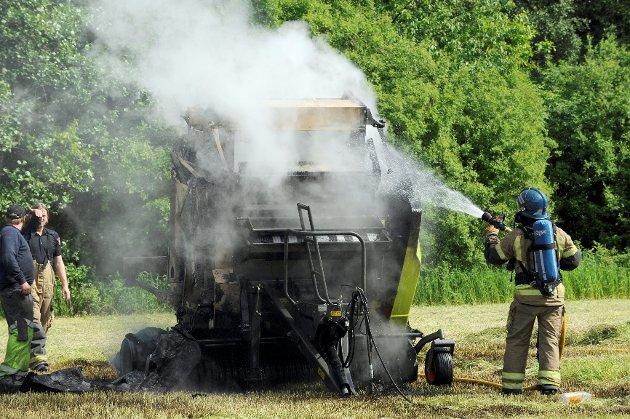 Politiet fikk opplyst at bonden selv fikk slukket brannen, men noe arbeid for brannvesenet var det likevel.