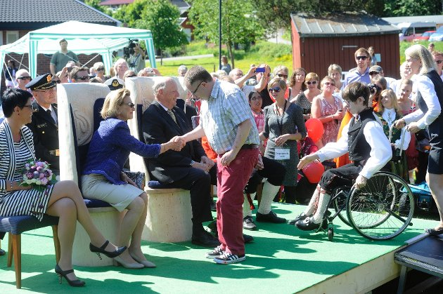 Glenn Inge Grongstad og Vetle Paus Knutsen hilser på kongen og dronningen og lærer dem tegnspråk. Til venstre sitter generalsekretær i Signo, Inger Helene Venås.