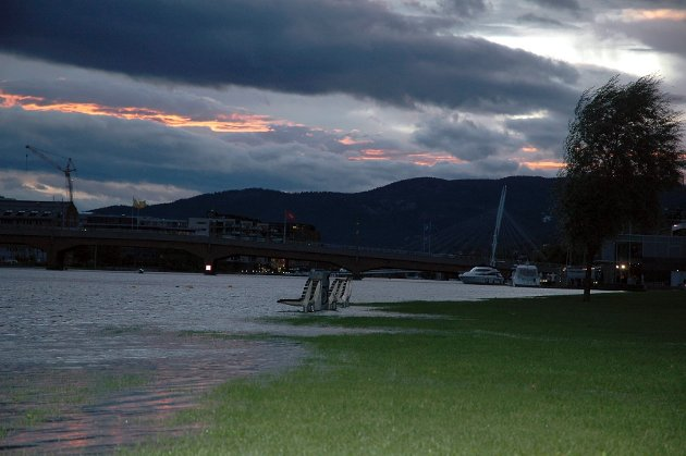 Store vannmengder var ventet over Drammen fredag ettermiddag, men i løpet av natten har værvarselet blitt moderert.