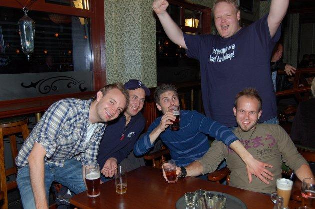 På James Clark: Thomas Iversen, Kristoffer Gravdal, Steffen Valseth, Daniel Torgersen og Rune Garude er på utdrikkningslag til han som ikke er tilstede.