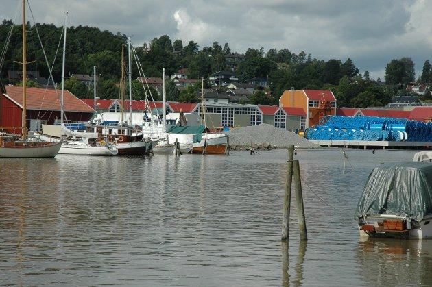 På Kaldnes-siden ligger en stor grå haug med glasopor. Den ligger kun 1,5 meter fra vannkanten.