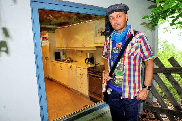 INGEN MERKER: Leder Kenneth Aasheim i Skoppum fritidsklubb foran vinduene tyvene løftet ut og deretter satte på plass igjen. Foto: Siv Elisabeth Limkjær