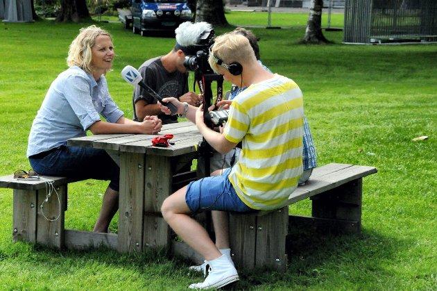 En avslappet Hanne Børresen intervjues av TV Vestfold i Badeparken torsdag formiddag. – Vi har planlagt grundig, og har både en plan A og en plan B. Alt er i rute, forsikrer en smilende arrangør.