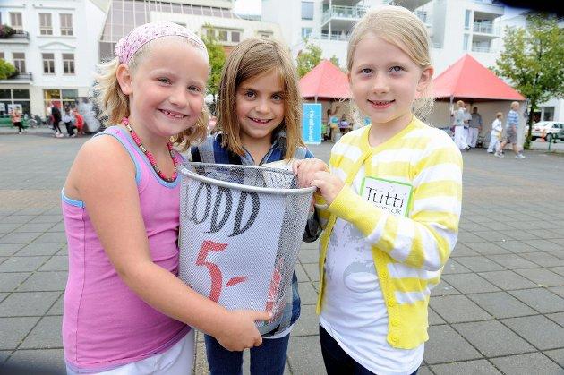 Syv år gamle Idun Girslo Fenskor (fra venstre), Frida Brønstad Cormier og Ingrid Høiseth Fristad solgte lodd for Tutti barnekor på Barnas dag. Foto: Atle Møller