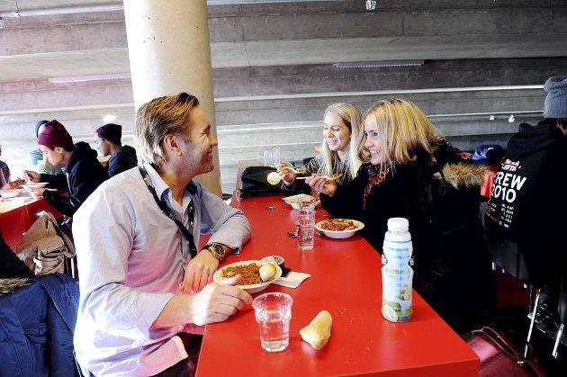MANAGER: Manager David Eriksen og Tina Ryr på Eccentric Music er i Larvik for å følge opp Adelén.Foto: Anne Charlotte Schjøll