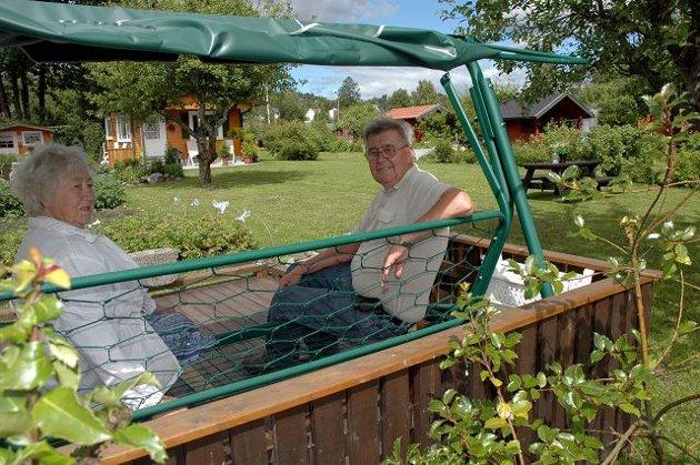 En god, gammel hammock i beste velgående står lokalisert midt i den ene hageparsellen. Ruth Heer Kallåk og Øyvind Bjørn Olsen er daglig i Sandefjord kolonihage. Foto: Ellen Marie Andersen