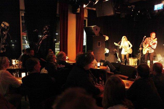 FULL SAL: Christina Skjølberg og Tore Slåttsveen på Baracoa, Asker Bluesklubb. FOTO: ANETTE ANDRESEN