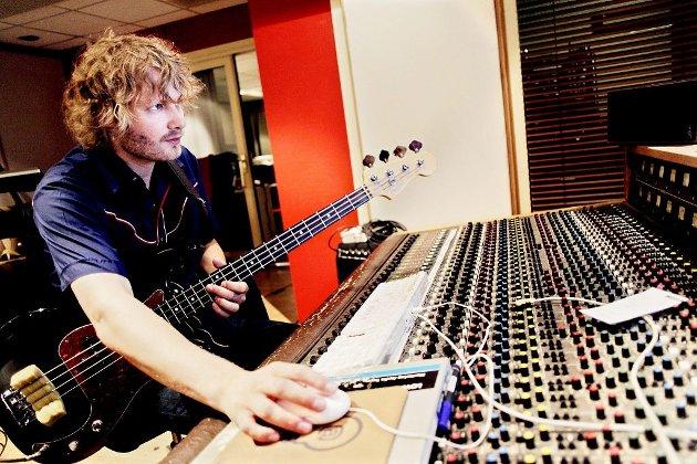 MUSIKER OG PRODUSENT: Bassgitarist Even Ormestad fra Tønsberg kunne ikke annet enn å velge kombinasjonen . – Når jeg er i studio, lengter jeg ut på veien. Når jeg er ute på veien får jeg hjemlengsel. Foto: Tri Nguyen Dinh