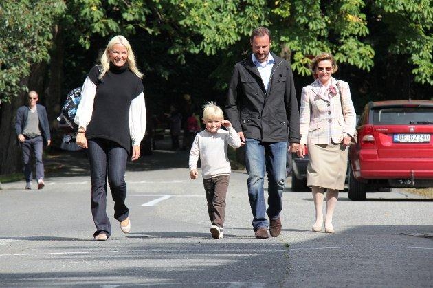 Sverre Magnus kom sammen med kronprinsparet og dronning Sonja til første skoledag.