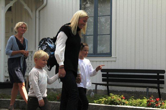 Kronprinsesse Mette-Marit hånd i hånd med sine to barn som går på Jansløkka skole, prins Sverre Magnus og prinsesse Ingrid Alexandra.