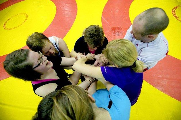 – Lek er en viktig del av treningen, mener Steinar Hamlet Nielsen. Her er deltagerne i gang med å løse opp sin «kjerringknute».