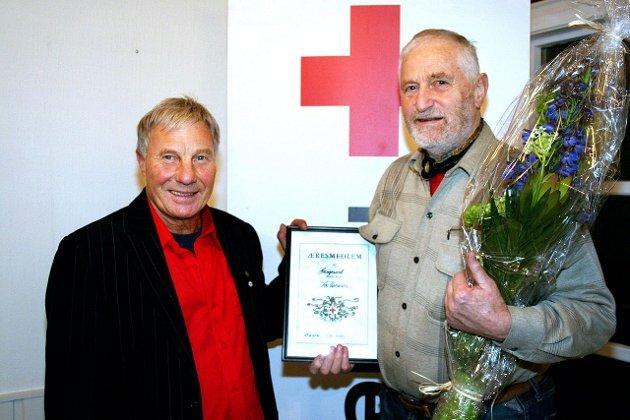 ÆRESMEDLEM: Leder Bjørn Knutsen og Haugesund Røde Kors utnevnte i går Tor Aanensen til æresmedlem. Foto: Ellen Marie Hagevik