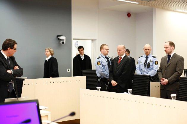 Terrorrettssaken mot Anders Behring Breivik i Oslo tingrett 2012. Fagdommerne Wenche Elizabeth Arntzen og Arne Lyng kommer inn i sal 250 i Oslo tinghus fredag formiddag på den tiende dagen av rettssaken.