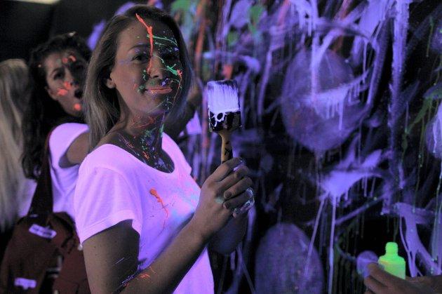 I musikkvideoen er det brukt UV-maling som blir selvlysende. Her er Stine Furustad (til høyre) i videoen, med Lotte Vangstein i bakgrunn.