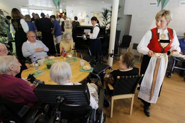 Alle fikk: Og gjerne to ganger. Margit Djønne Andersen serverte i Hardangerbunad.