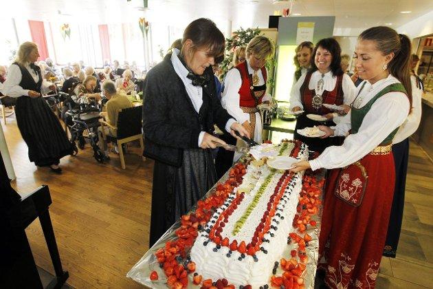 Bente Dybvik serverer kake til Rikke Fossen som opptrer i Follobunad. ALLE FOTO: Bjørn V. Sandness